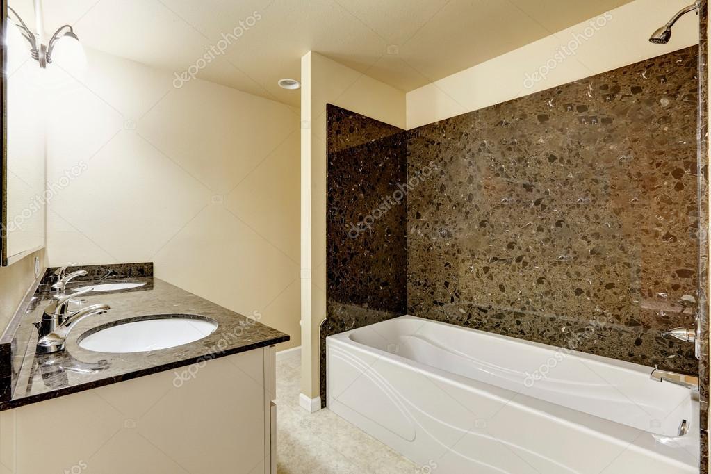Interior del moderno cuarto de ba o con baldosas de for Baldosas cuarto de bano