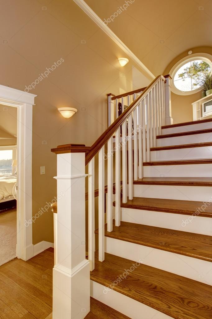 Interior de la casa pasillo con escalera de madera y for Casas con escaleras de madera