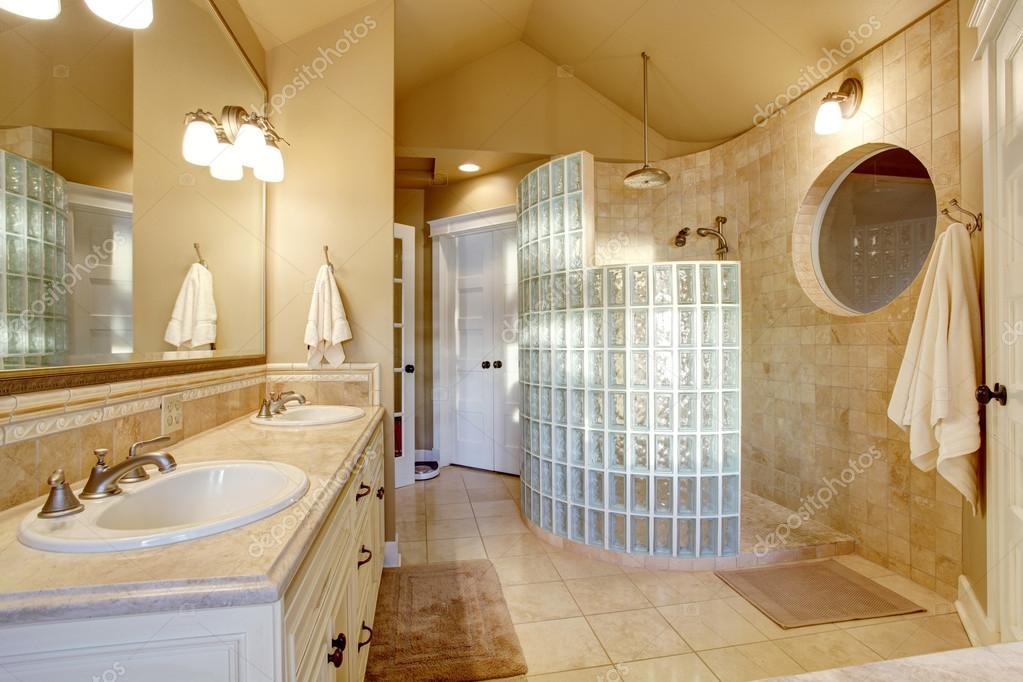 antico bagno di design con parete doccia e piastrelle di vetro, Disegni interni