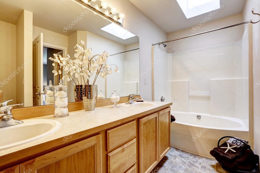 새로운 홈 욕실 인테리어 샤워와 욕조 조합, 나무 캐비닛 — 스톡 ...