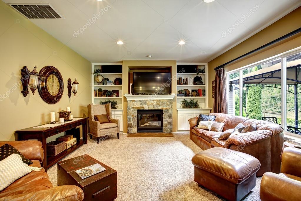 Mooie woonkamer met open haard en tv — Stockfoto © iriana88w ...