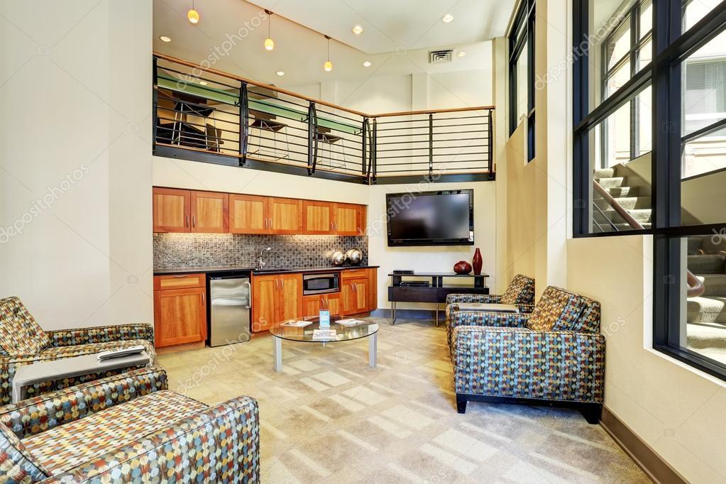 현대 아파트에서 거실과 작은 부엌 인테리어 — 스톡 사진 #119507650