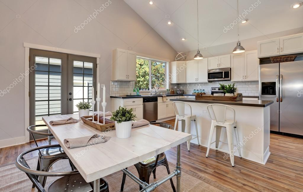 Interni di cucina e sala da pranzo con soffitto a volta alto — Foto Stock © i...