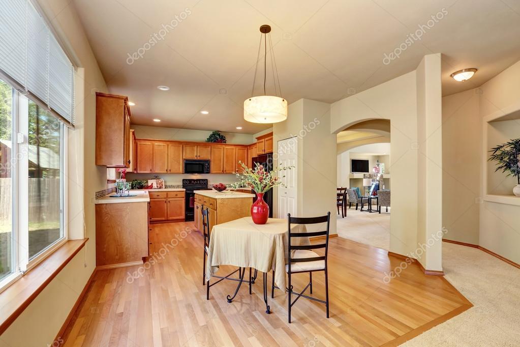 Amerikaanse klassieke crème gekleurde luxe keuken met ingebouwde ...