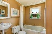 Beige simple bathroom with window — Stockfoto