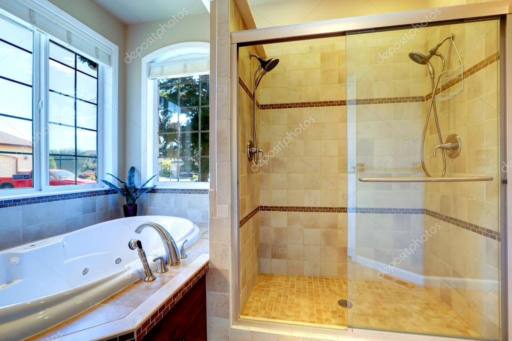 modernes badezimmer mit whirlpool badewanne und glas t r dusche stockfoto iriana88w 52148969. Black Bedroom Furniture Sets. Home Design Ideas