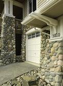 Hausfassade mit stein schneiden fertig — Stockfoto