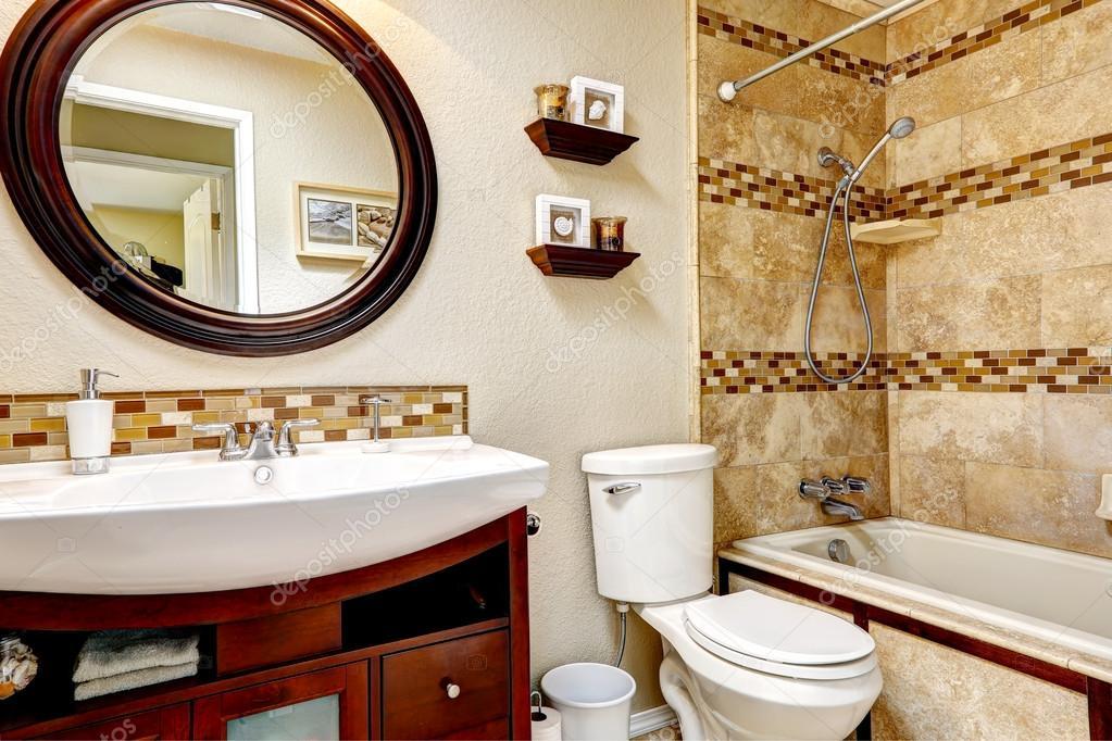 Cuarto de ba o con baldosas pared recorte foto de stock for Cream and black bathroom ideas