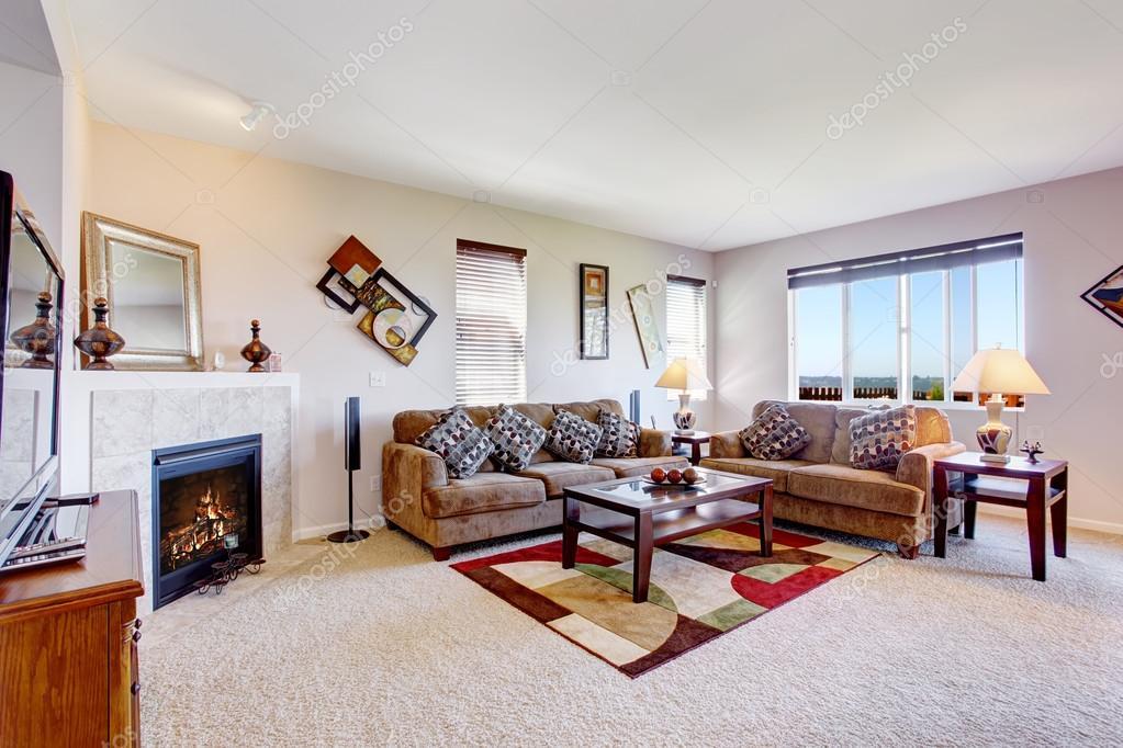 Bianco soggiorno con camino e tappeto colorato foto for Salotto con camino