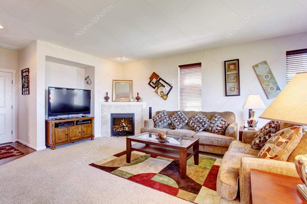 wei223 wohnzimmer mit kamin und bunten teppich � stockfoto