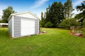 Small grey shed with white trim. Countryside real estate — Stock Photo
