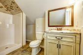 Bathroom with vaulted ceiling. Vanity cabinet and mirror — Stockfoto
