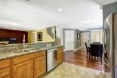 Huis interieur. keuken kamer met eethoek — Stockfoto