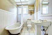 Claw foot tub in white bathroom — 图库照片