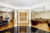 Luxury interior. Foyer with black shiny tile floor, columns and  — Stock Photo