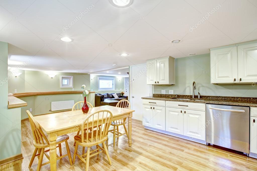 Lichte munt keuken kelder. schoonmoeder appartement — stockfoto ...