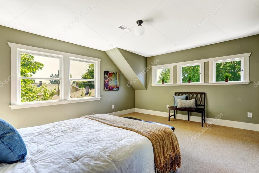 Camera da letto con pareti verdi e soffitto a volta — foto stock ...