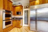 厨房的橱柜和钢电器 — 图库照片