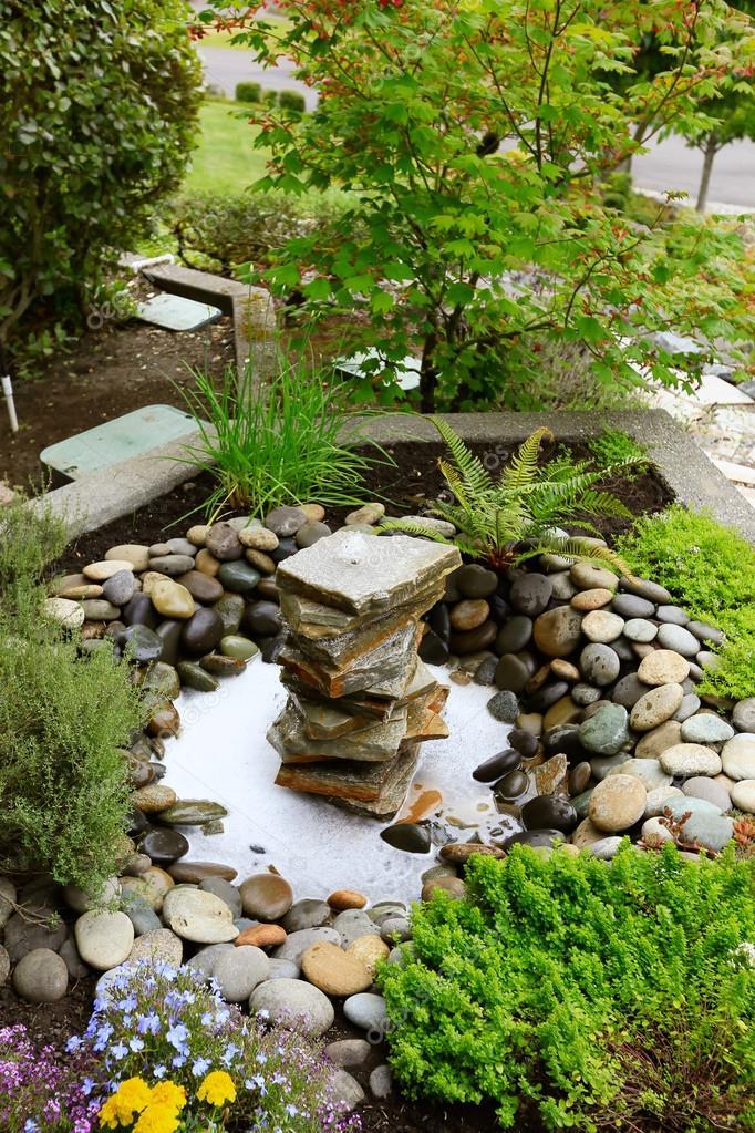 Ideas para jardinería jardín casero. fuente con rocas\u2014 Foto de iriana88w