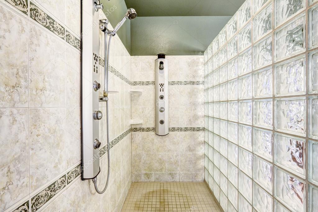 dusche mit glaswand block und fliesen schneiden. Black Bedroom Furniture Sets. Home Design Ideas