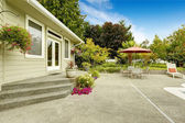House  backyard with patio table. Real estate in Federal Way,  — Stock Photo