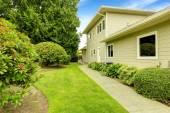 Beautiful backyard garden with walkway. Real estate in Federal W — Stock Photo
