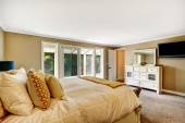 Krásná ložnice s marnost skříně a tv — Stock fotografie