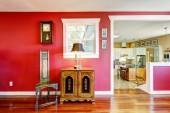 Camera rossa luminosa con mobili antichi — Foto Stock
