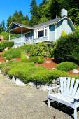 House with beautiful curb appeal and outdoor rest area. Port Orc — Stock Photo
