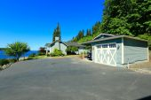 House with water front view, large driveway and garage. Port Orc — Stock Photo