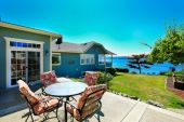 House with water front view.   Patio area. Port Orchard town, WA — Stock Photo
