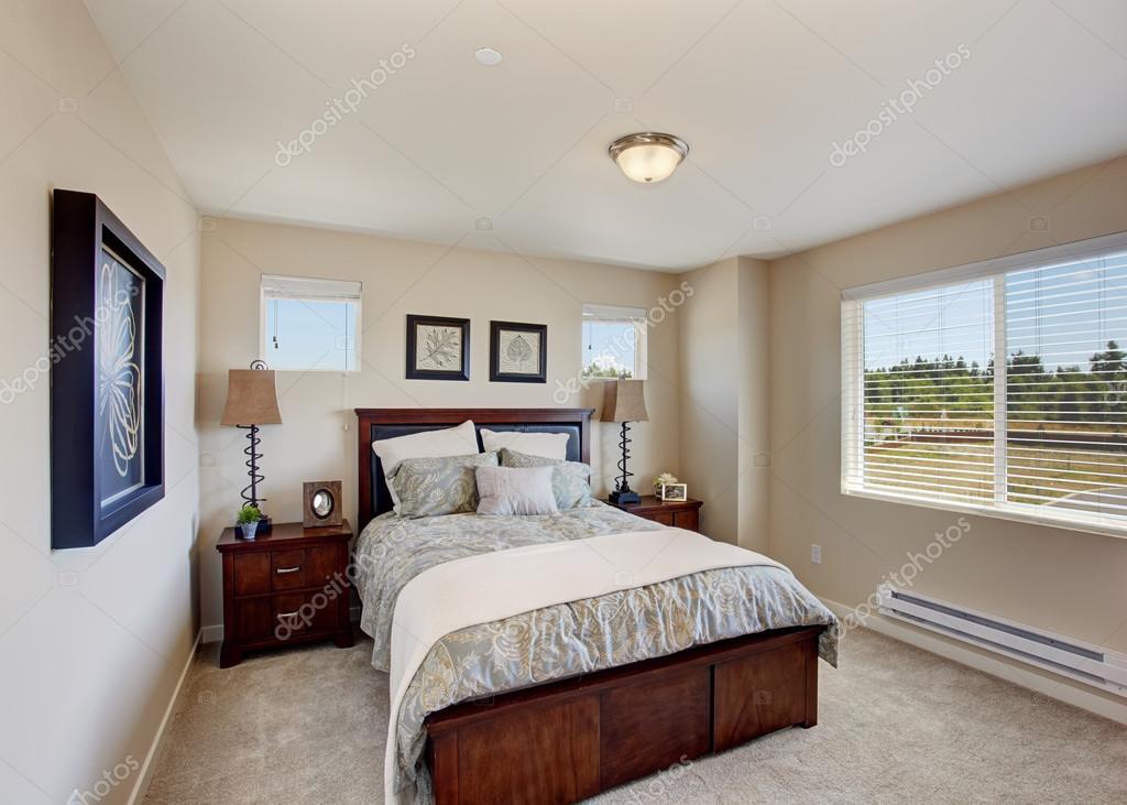 창 밝은 방에 현대 침실 가구 — 스톡 사진 #53414995