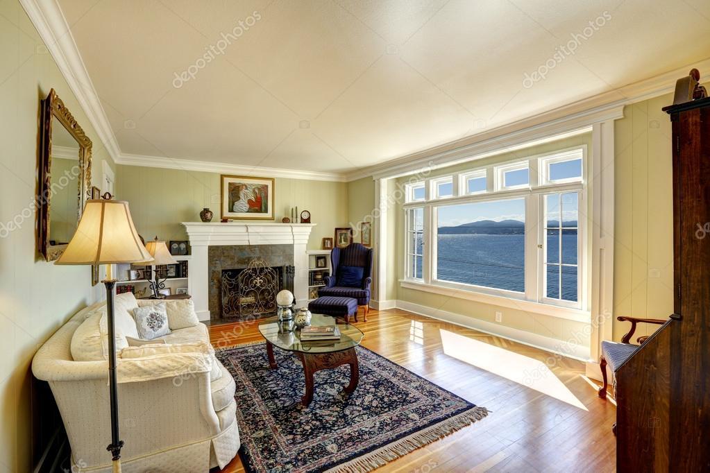 Elegante salotto con vista sull 39 acqua immobiliare in for Salotto elegante