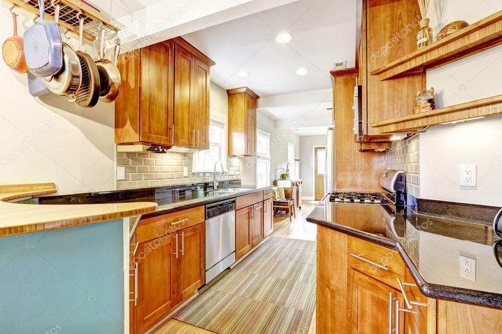 Keuken kamer met zwart granieten toppen en tegel terug plons trim ...