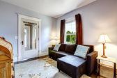 ソファと花のじゅうたんの小さなシンプルな部屋 — ストック写真