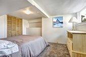 Acogedor dormitorio con techo bajo — Foto de Stock