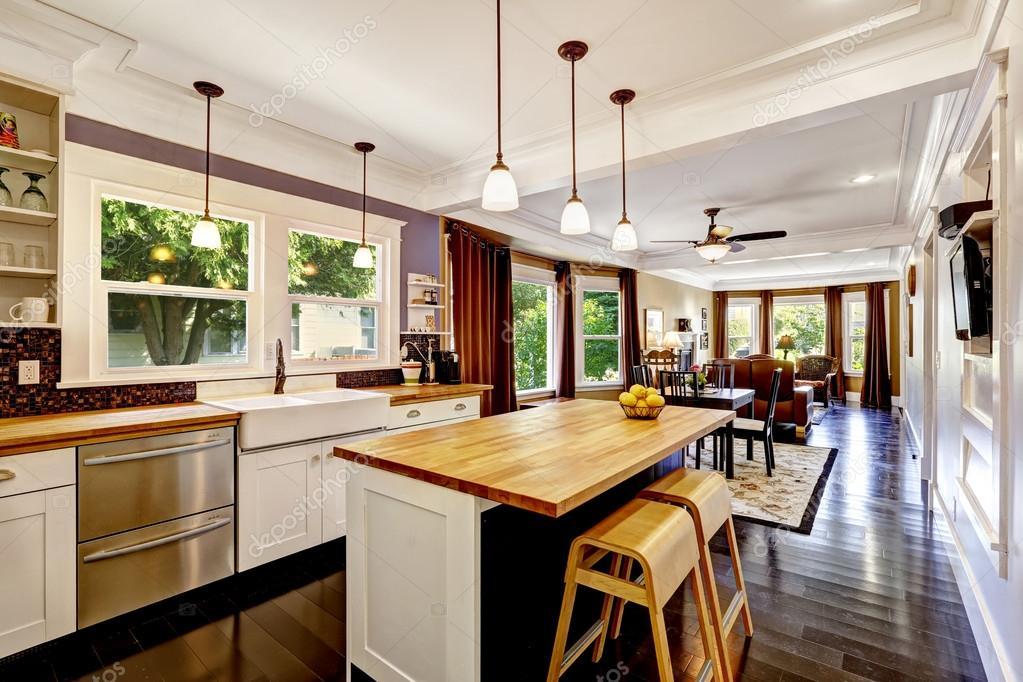 Cuisine avec lot de dessus de comptoir en bois photo - Ilot de cuisine en bois ...