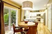 舒适的用餐区和圆桌会议和皮革椅子 — 图库照片