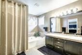 интерьер светлой ванной комнатой — Стоковое фото