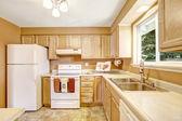 Novos armários de cozinha com electrodomésticos brancos — Fotografia Stock