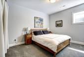 Sovrum i grå toner med trä säng — Stockfoto