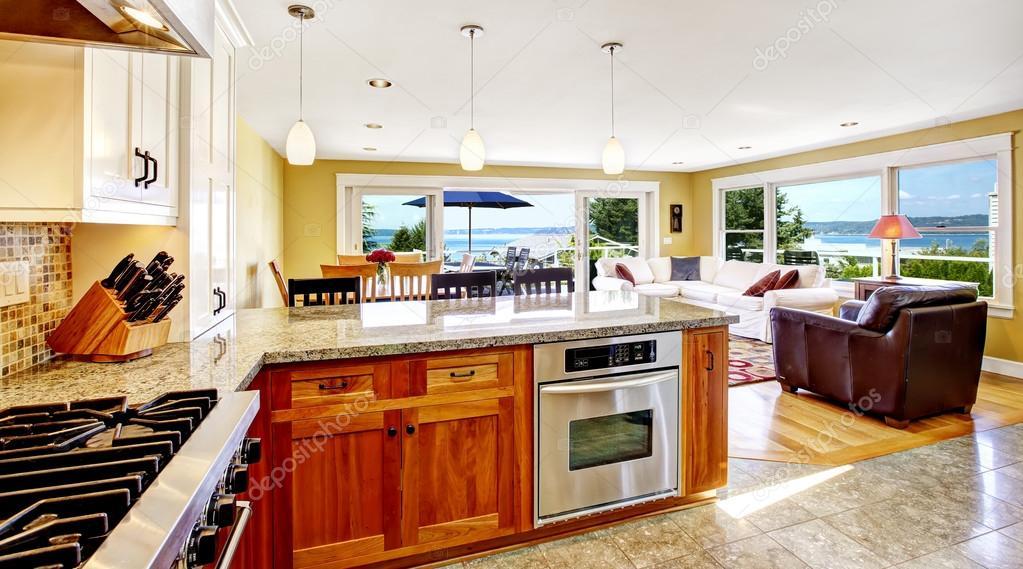 Interior casa brillante. Living comedor con salida terraza y ...
