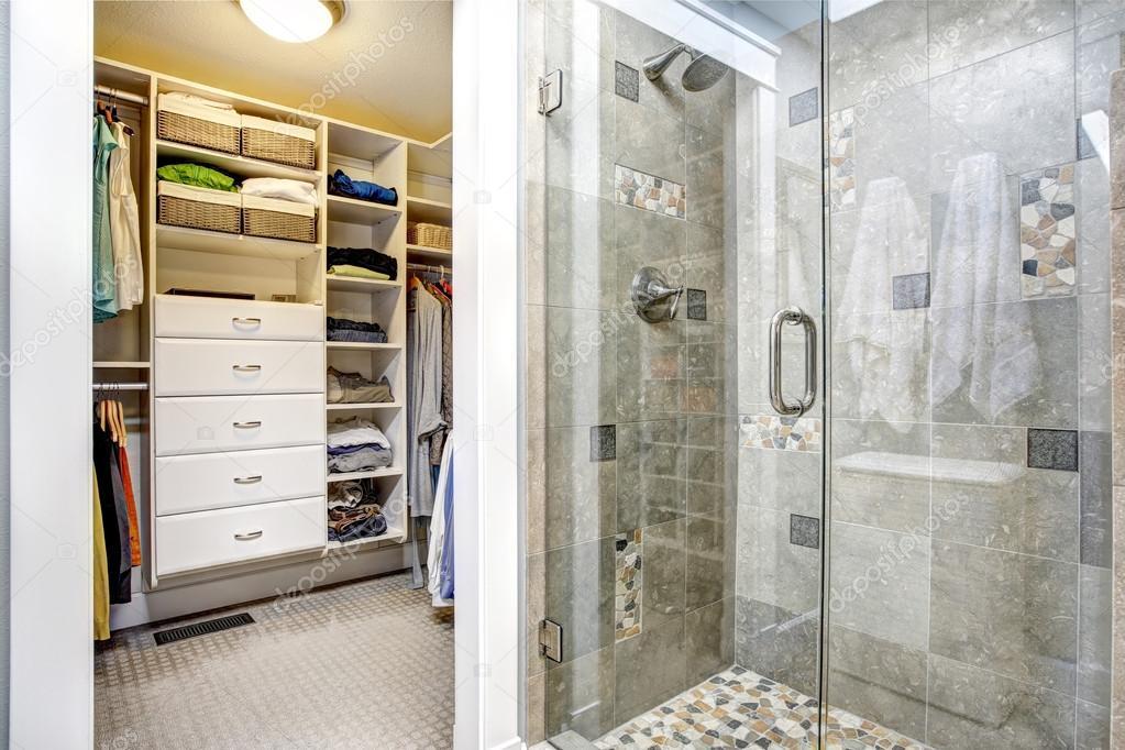 Interior de casa de banho moderna com walk in closet for Cuarto con walking closet