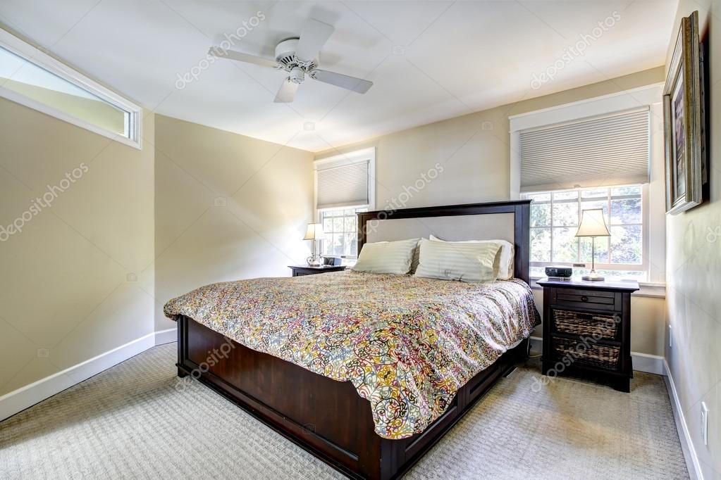 ivoor slaapkamer interieur met donker bruin meubilair  stockfoto, Meubels Ideeën