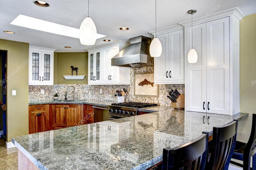 Interior de casa moderna cocina comedor con encimeras de for Interior cocinas modernas