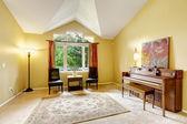 Luminoso salón con piano antiguo — Foto de Stock