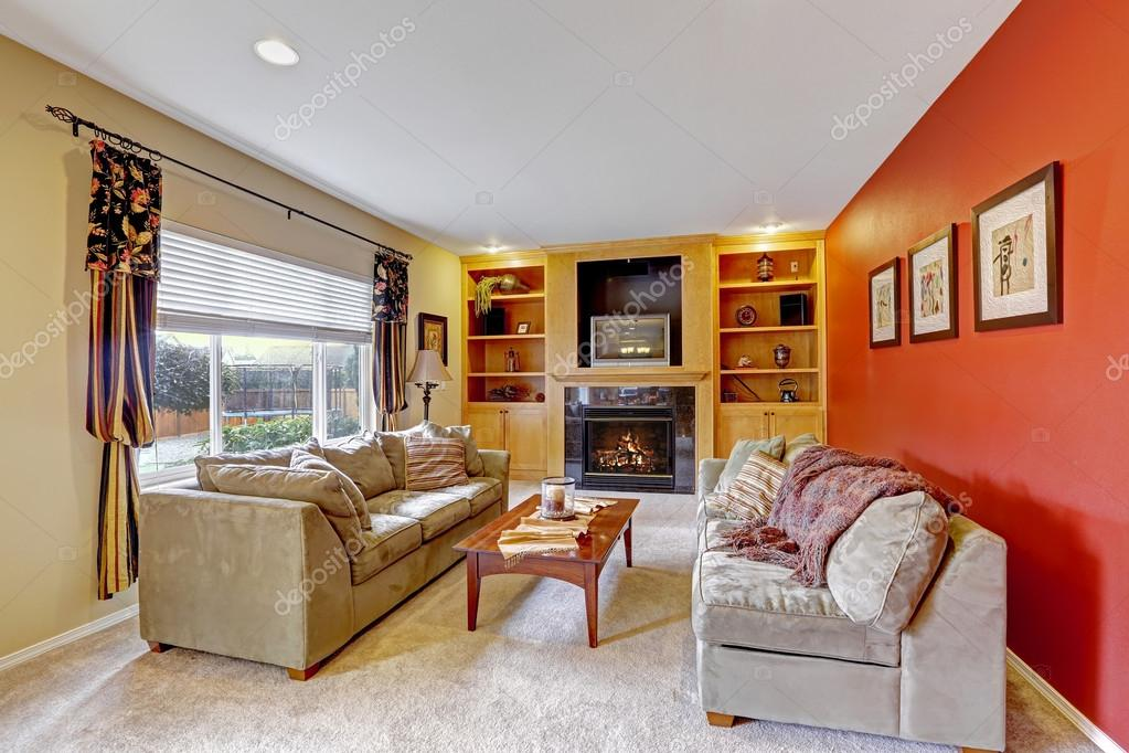 Accogliente soggiorno con pareti di colore di contrasto — foto ...