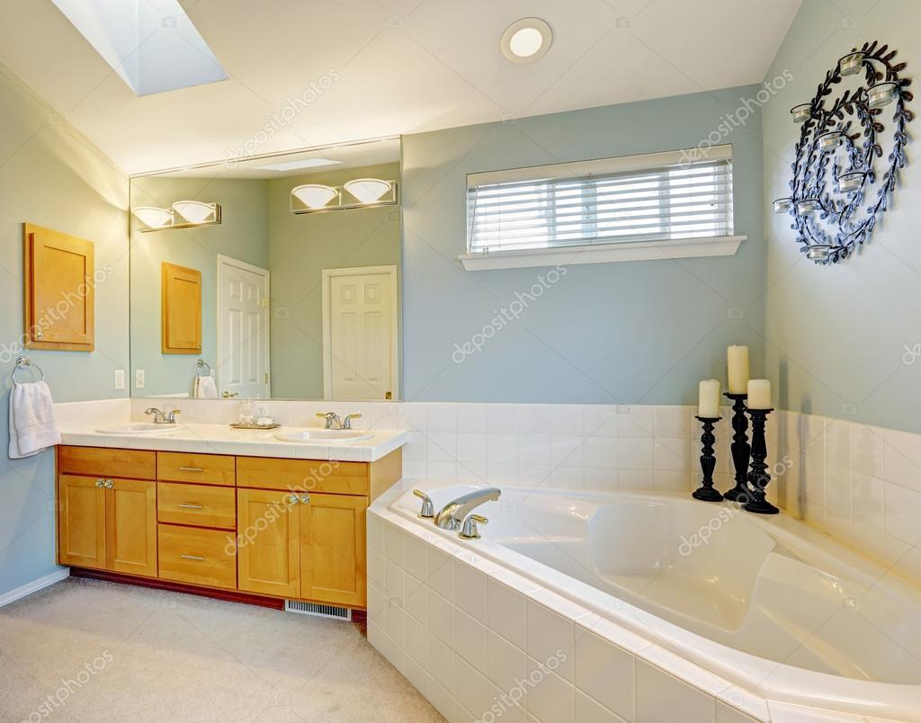 Uppfriskande badrum inredning i ljus blÃ¥ ton — stockfotografi ...