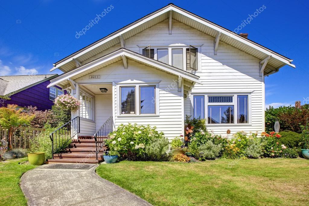 ext rieur de la maison simple porche d 39 entr e avec escalier et fleur lit photo 53623305. Black Bedroom Furniture Sets. Home Design Ideas