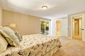Spacious master bedroom interior with walkout deck — 图库照片